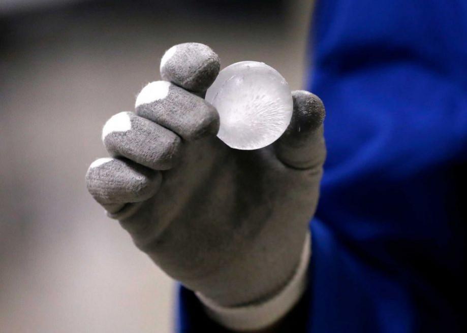 Ледяной шар для проверки прочности стекла