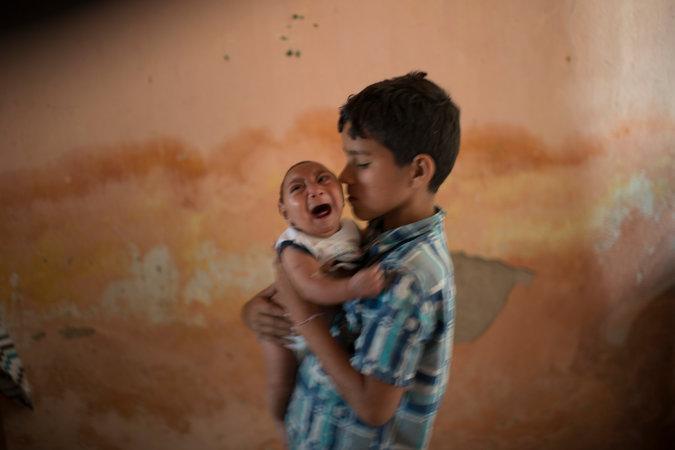 Элисон Уэсли иего двухмесячный брат Хосе, Поко Фундо, Бразилия. Хосе родился смикроцефалией. Врачи подозревают, что вэтом может быть виновен вирус Зика