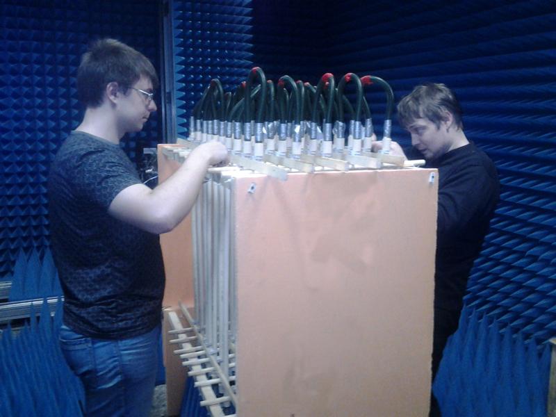 Для эксперимента использовалась решётка из пластиковых трубок, заполненных нагретой водой.