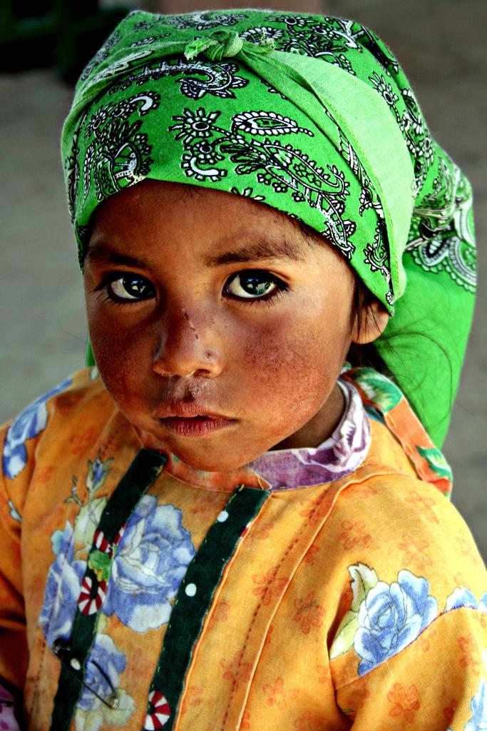 Девочка из индейского племени тарахумара, язык которого неделает различий между синим изелёным. Фото: Фано Кирьего (Fano Quiriego)