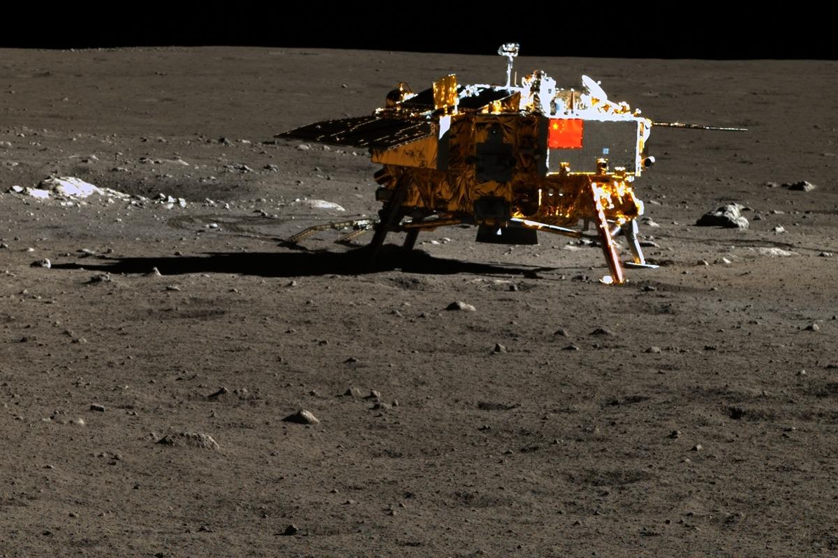 Фотография посадочного модуля «Чанъэ-3», выполненная луноходом «Юйту».