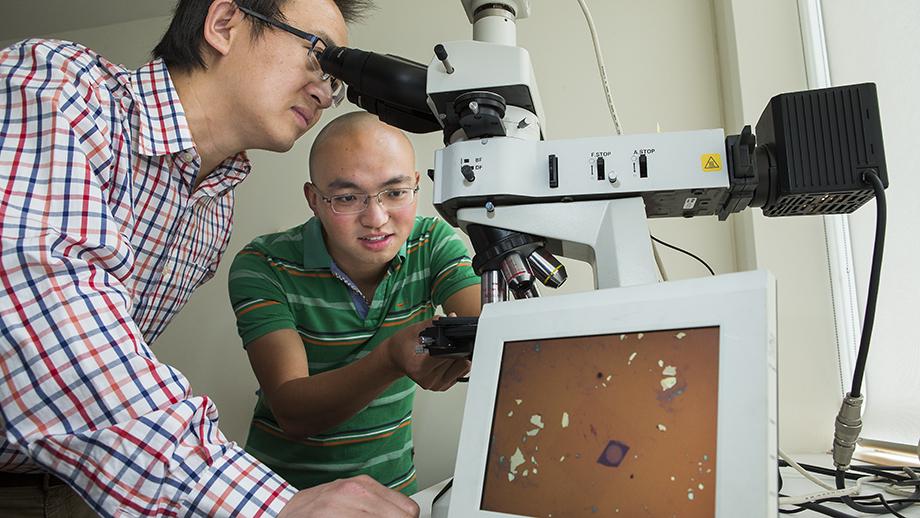 Соавторы работы Юэжуй «Ларри» Лу (Yuerui «Larry» Lu) (слева) иЦзюн Ян (Jiong Yang). Наэкран выведено изображение миниатюрной линзы.