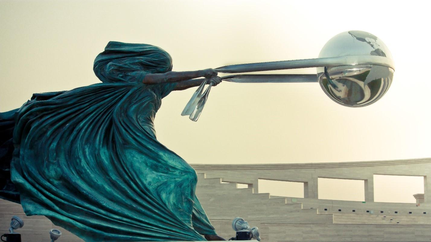 Работа итальянского скульптора Лоренцо Куинна (Lorenzo Quinn) «Сила природы»