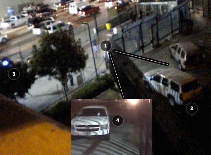 На этом изображении, захваченном камерой охраны напограничном пункте, вы можете видеть, где стоял свидетель (1), наблюдающий за избиением Рохаса (2). Рядом припаркована машина полиции (3). Тот же свидетель воспользовался камерой своего смартфона, чтобы заснять (4) инцидент (видео ниже). Его кадры были приняты вкачестве точки обзора в«Применении силы». Nonny de la Peña