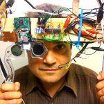 Марк Болес (Mark Bolas) надевает прототип головного стереопроектора, разработанного в 2010 году MXR Labs в Южной Калифорнии и позволяющего зрителю наблюдать картинку в трёхмерной проекции