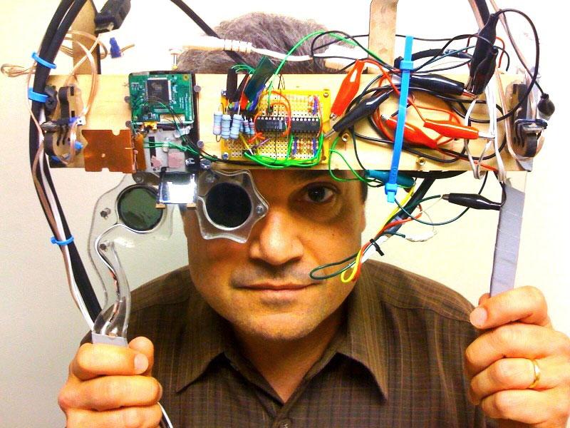 Марк Болас (Mark Bolas) надевает прототип головного стереопроектора, разработанного в2010 году MxR Lab вЮжной Калифорнии ипозволяющего зрителю наблюдать картинку втрёхмерной проекции