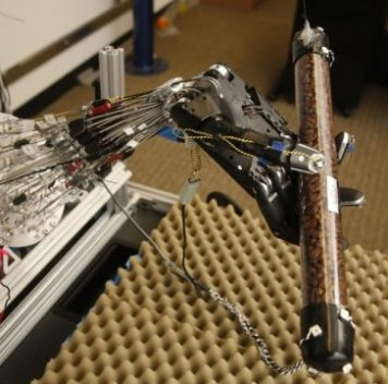 Пятипалая роборука учится манипулировать предметами