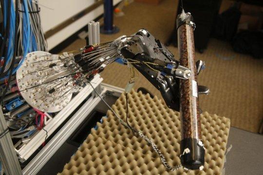 Эта пятипалая роборука  может научиться выполнять сложные манипуляции— такие как вращение трубки, заполненной кофейными зёрнами