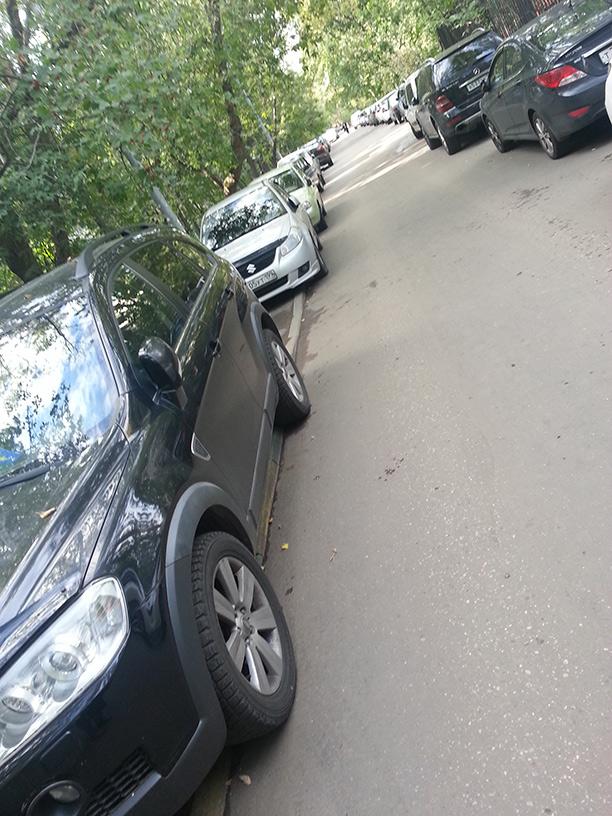 Приподнятые тротуары вспальном районе Москвы полностью запаркованы.