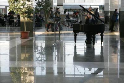 Музыкальный дежурный играет нарояле взале ожидания Ярославского вокзала вМоскве