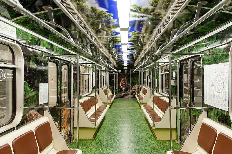 Пассажирский салон поезда московского метро «Полосатый экспресс»