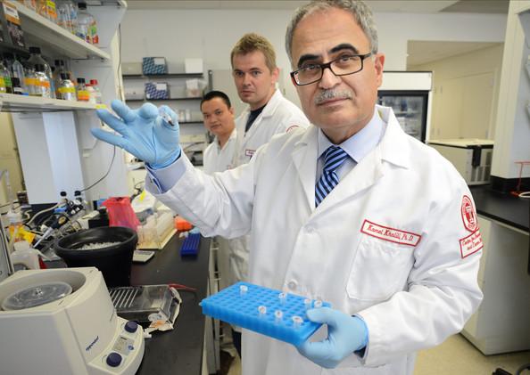 Руководитель исследования Камел Халили (Kamel Khalili; напереднем плане) сколлегами