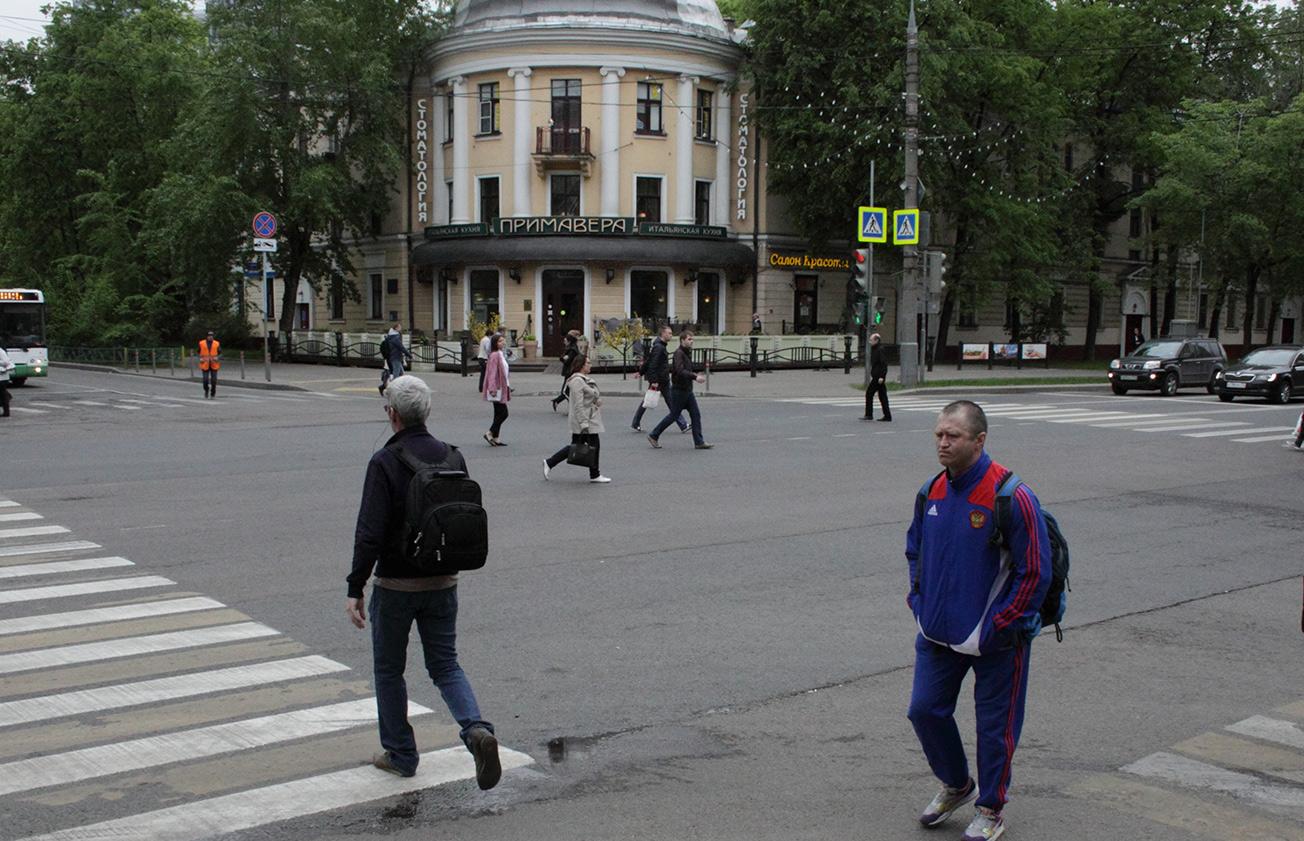 Пешеходы переходят перекрёсток по диагонали. Москва