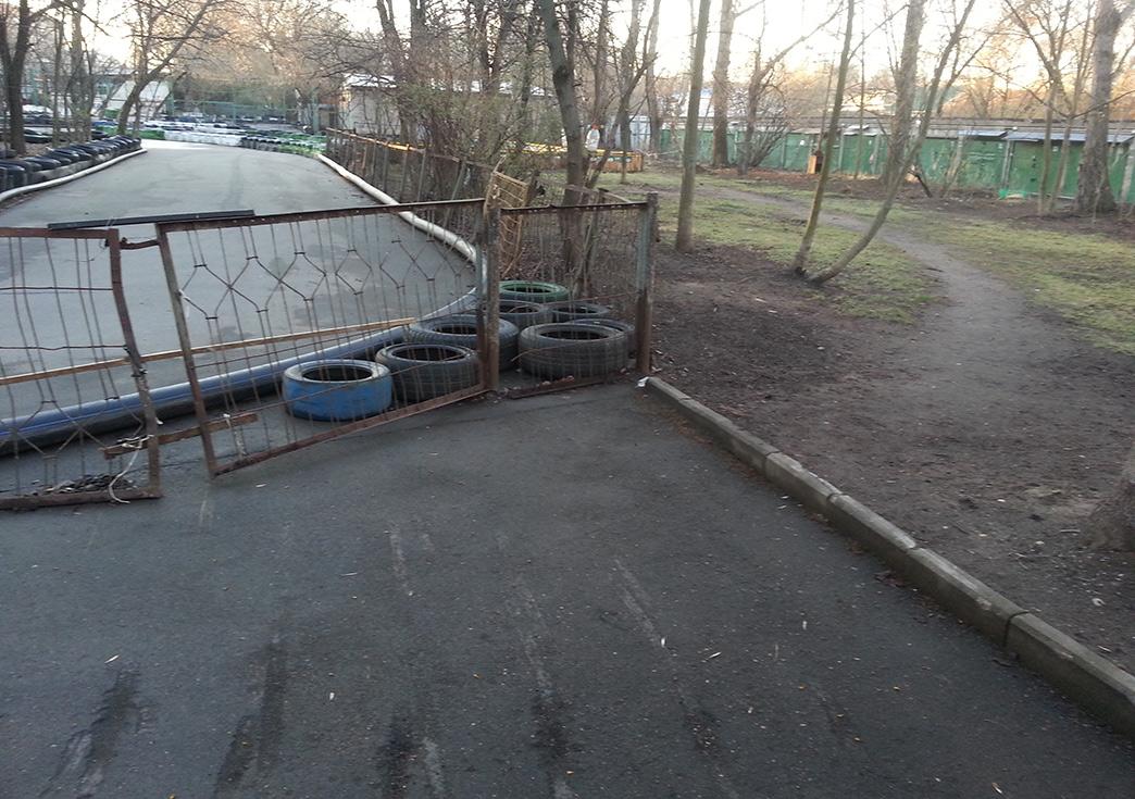 Вот таким странным несимпатичным образом обрывается главная аллея сквера напротив Дома романса вМоскве. Народ непарится ишпилит вобход по газону