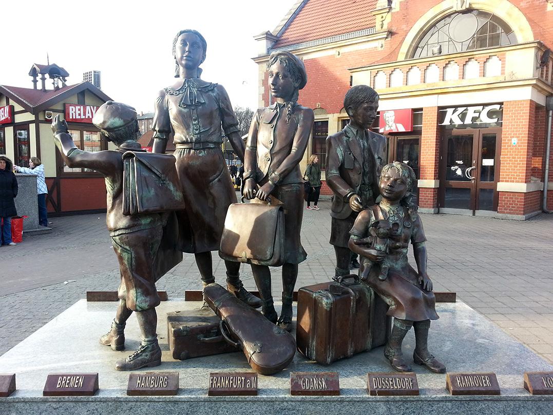 Жанровая городская скульптура возле железнодорожного вокзала вГданьске, Польша