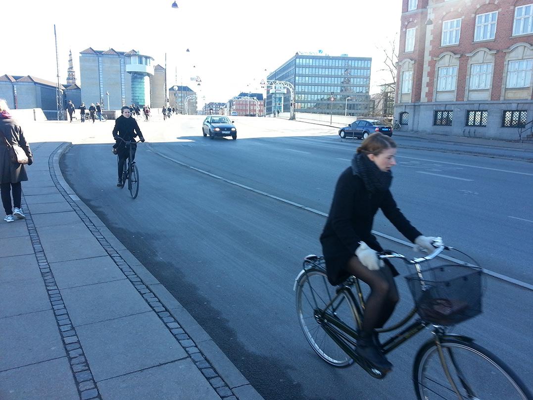 Велосипедистки вКопенгагене едут по велосипедной дорожке