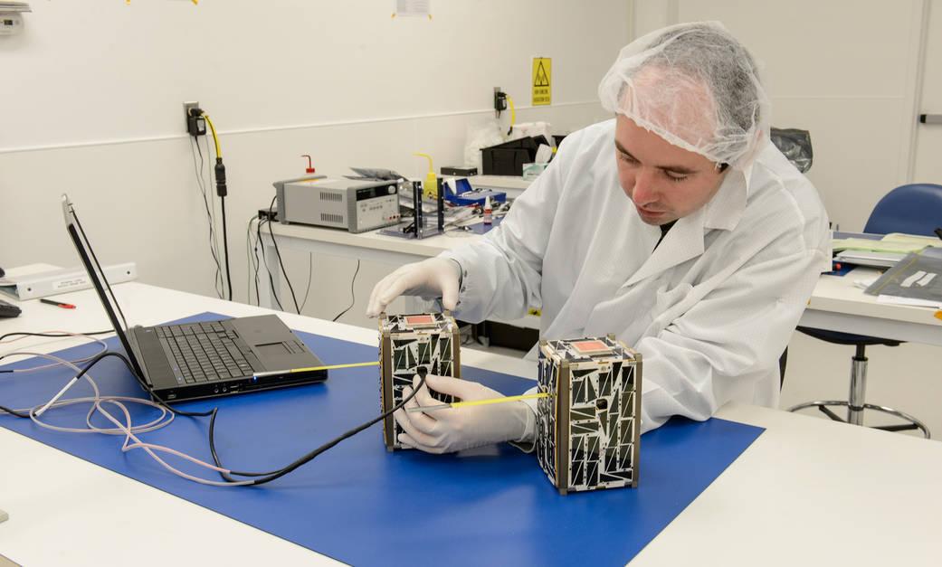 Подготовка спутников Nodes-1 иNodes-2 котправке наМКС. Фото— NASA.