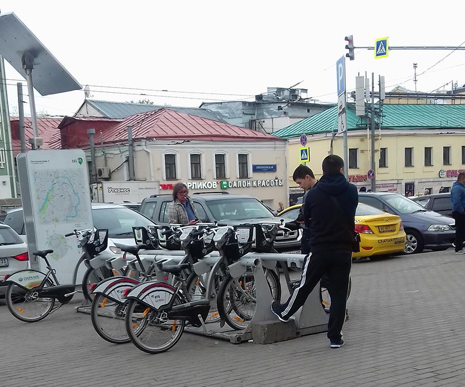 Стоянка городских прокатных велосипедов возле станции метро «Добрынинская» вМоскве. Фото— Анастасия Краснобаева