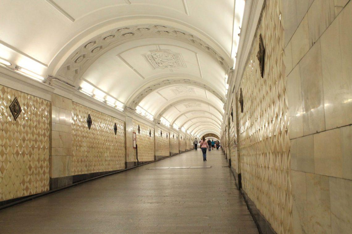 Переход между станциями московского метро «Театральная» и«Площадь Революции»