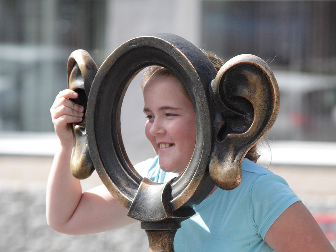 Девочка позирует ушуточной скульптуры «Пермяк солёные уши» уотеля «Прикамье» вПерми