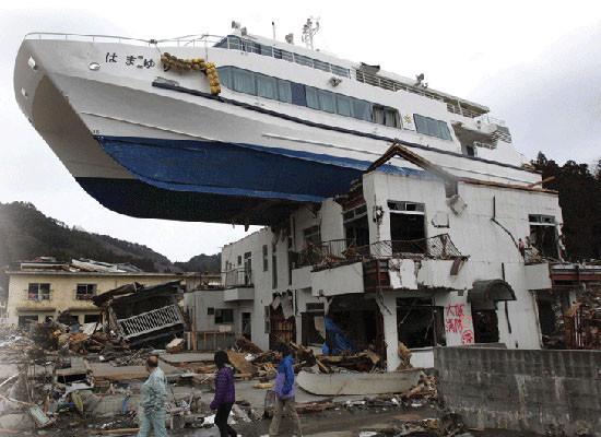 Последствия землетрясения ицунами врегионе Тохоку 11 марта 2011 года. Врезультате этого стихийного бедствия погибли 15 892 человек.