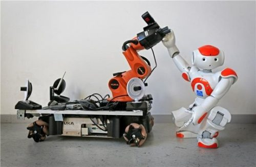 Два робота были использованы для того, чтобы продемонстрировать, как они принимают сигналы опомощи иоткладывают собственные дела, приходя навыручку