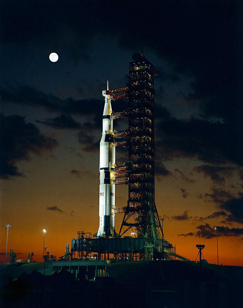 """""""Сатурн-5""""— самая большая имощная ракета для полётов вкосмос, созданная человеком. Её длина— 110 метров, диаметр— 10 метров."""