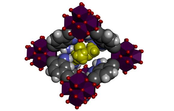 Учёные использовали MFO, состоящие из органических молекул (выделены серым ичёрным) иионов циркония (красный). Между этими молекулами образуются микроскопические отверстия, которые поглощают фосфонаты (жёлтый).