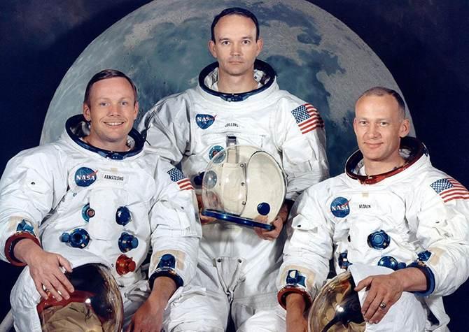 Астронавты миссии Аполлон-11 Нил Армстронг, Майкл Коллинз иБазз Олдрин. Армстронг иОлдрин первыми побывали наЛуне.
