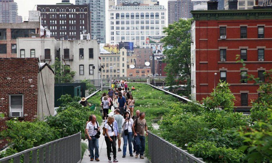 Один из известных примеров зелёной джентрификации— парк Хай-Лайн вМанхэттене, созданный наместе надземной железной дороги