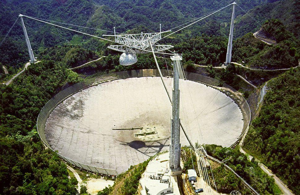 Обсерватория Аресибо расположена вПуэрто-Рико навысоте 497 м над уровнем моря. 16 ноября 1974 года из неё был послан сигнал внаправлении шарового скопления М13, находящегося нарасстоянии 25000 световых лет всозвездии Геркулеса