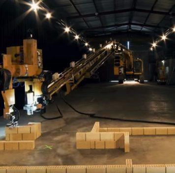 В Австралии создан однорукий, но быстрый робот-каменщик