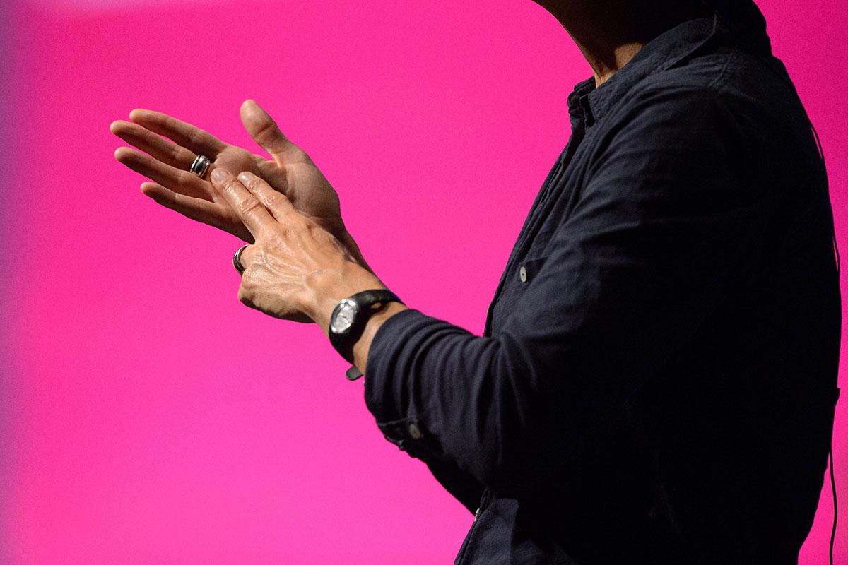 Синестеты, знающие язык жестов, ощущают цвета его букв.