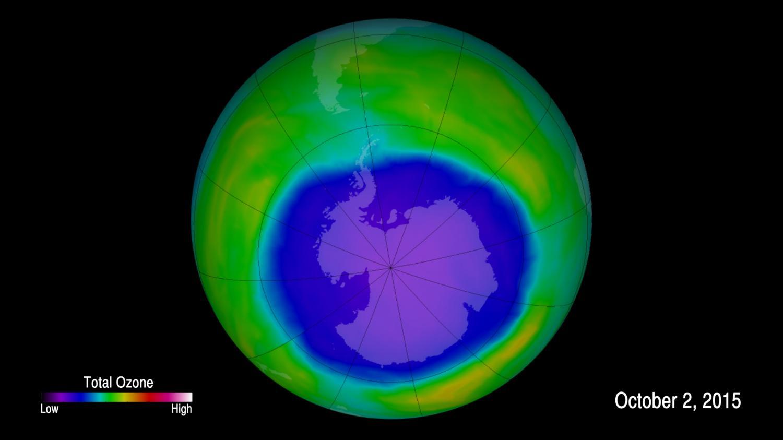"Озоновый слой над Антарктикой воктябре  2015 года. Фото: <a href=""http://www.nasa.gov/feature/goddard/annual-antarctic-ozone-hole-larger-and-formed-later-in-2015"">NASA</a>."