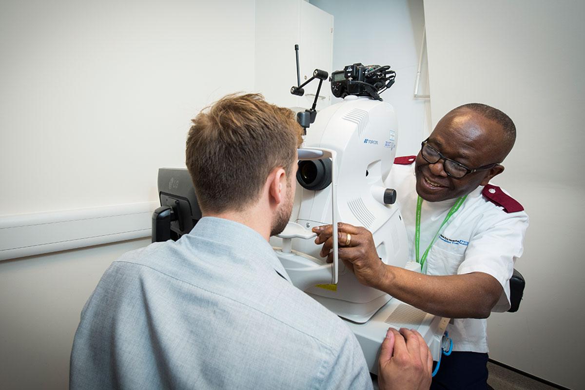 Даже опытный врач невсегда может заметить признаки заболевания глаз.