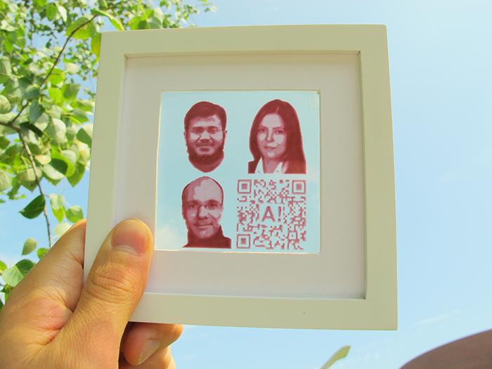На фотографии, напечатанной сиспользованием сенсибилизированных красителем солнечных батарей, изображены члены научной группы Гуфран Хашми, Мерве Озкан иЯнне Халме.
