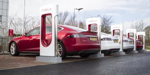 Автомобили Тесла наподзарядке.