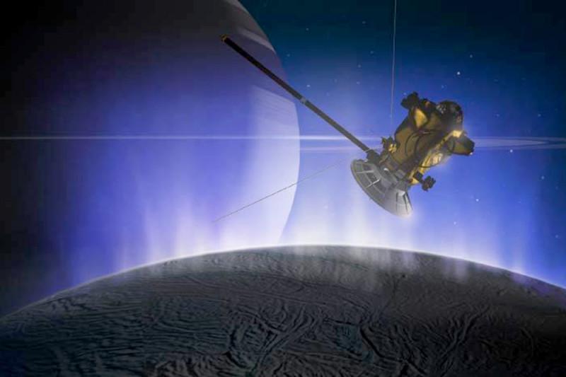 <i>Cassini</i> пролетает сквозь выбросы воды из океана Энцелада.