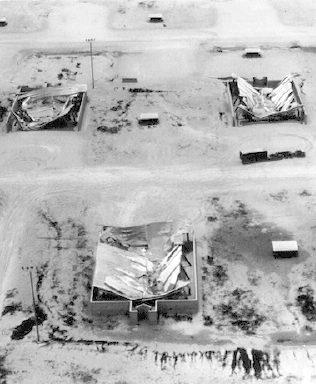 Ангары авиабазы Кларк после извержения.