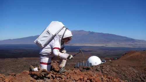 Астронавт миссии HI-SEAS IV проводит опыты за пределами купола.