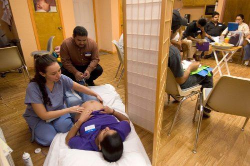 Волонтёры вклинике вТехасе консультируют семьи снизкими доходами