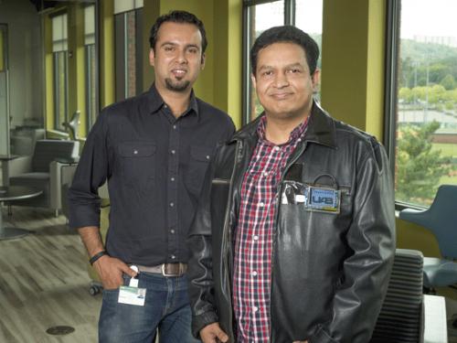 Разработчики «носимого облака» Расиб Хан иРагиб Хасан. Хасан демонстрирует прототип нового устройства.