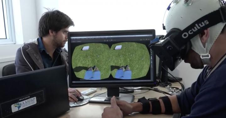Парализованные пациенты учатся ходить ввиртуальной реальности.