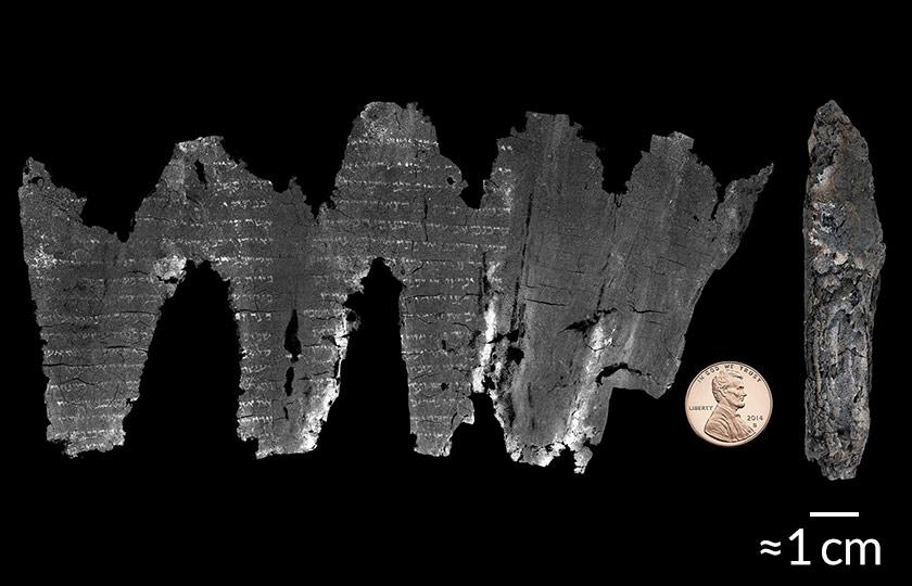 Справа— свиток из Эйн-Геди вего современном состоянии. Слева— результат его виртуального разворачивания наоснове микротомографии. Монета достоинством 1 цент— для масштаба.