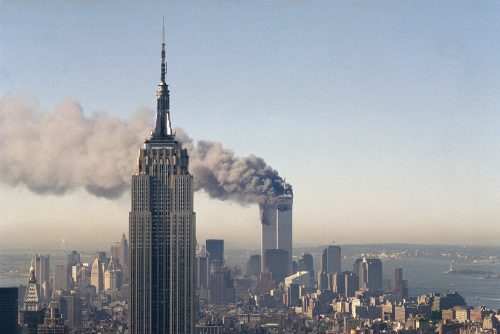 Башни Всемирного торгового центра после атаки террористов 11 сентября 2001 года.