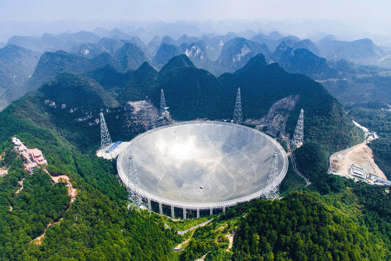 Живописный вид наFAST. Китайские власти считают, что телескоп нетолько поможет сделать научные открытия, но ипозволит хорошо заработать натуризме.