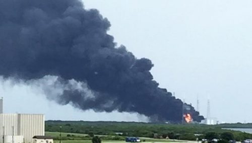 Дым ипламя настартовой площадке SpaceX