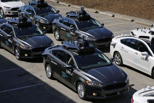 Uber первым вСША ввёл вэксплуатацию беспилотные автомобили— иопередил конкурентов.