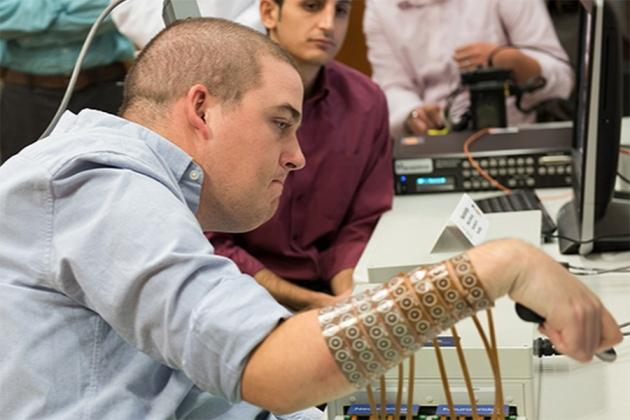 После вживления системы имплантов, обеспечивших двунаправленную связь между мозгом имускулами, парализованный Иэн Беркхарт (Ian Burkhart) смог двигать отдельными пальцами исовершать шесть различных движений предплечьем икистью