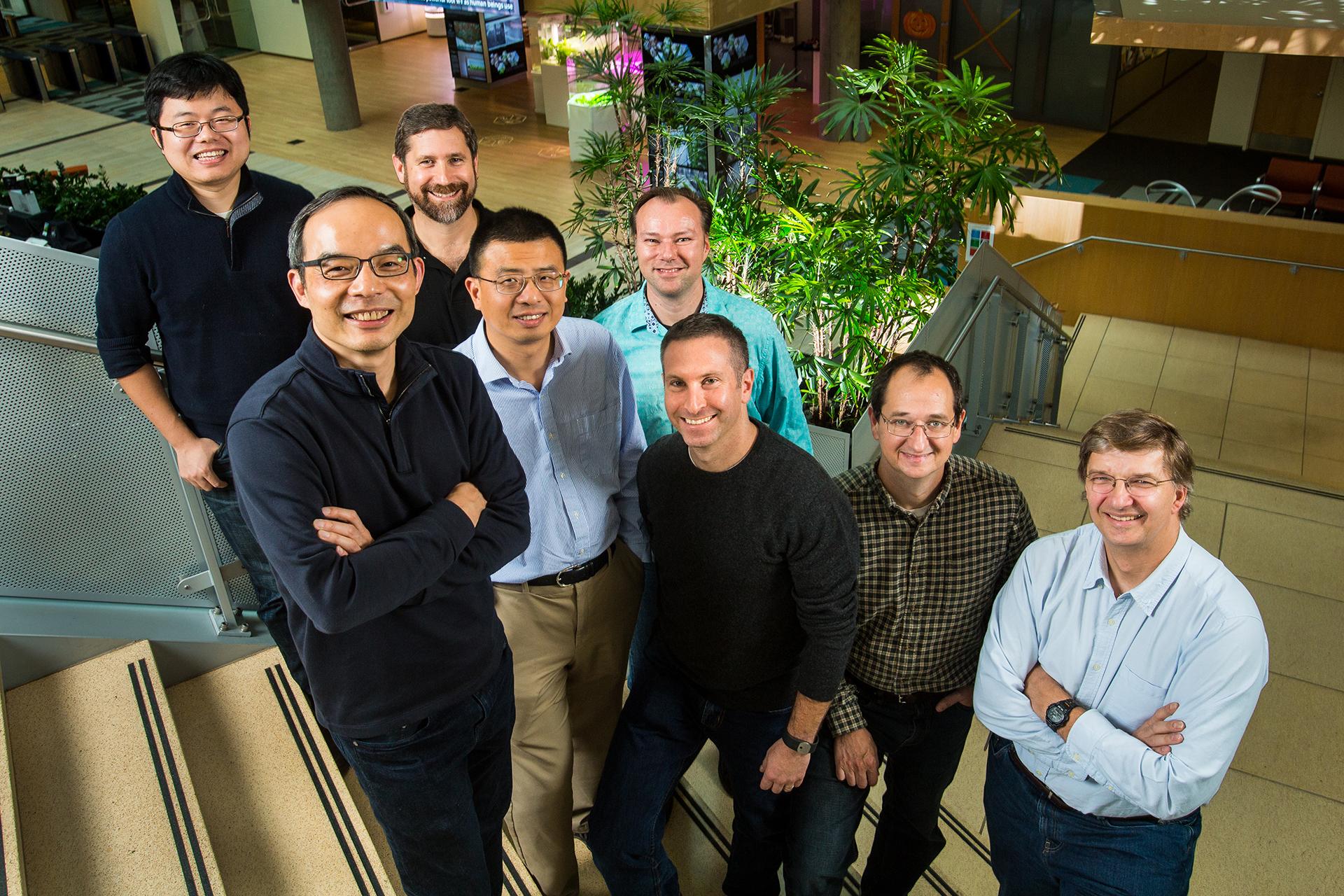 Исследовательская группа <i>Microsoft</i>, добившаяся лучшего результата вмашинном распознавании речи. Фото: Dan DeLong.